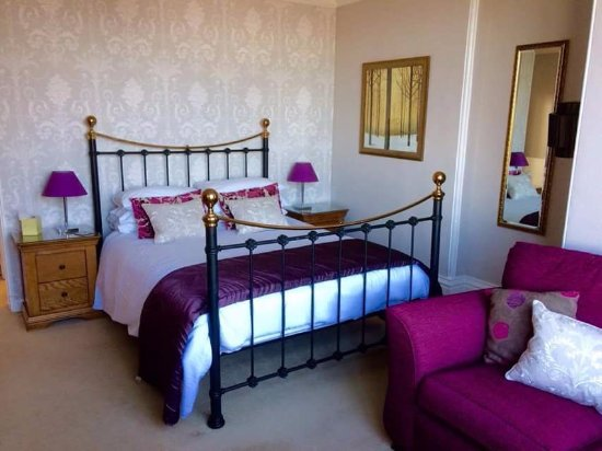Boscastle House: Room one, Charlotte. Delightful room looking over garden.King bed with en-suite shower
