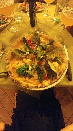 Guasticce, Italy: pizza con verdura di stagione