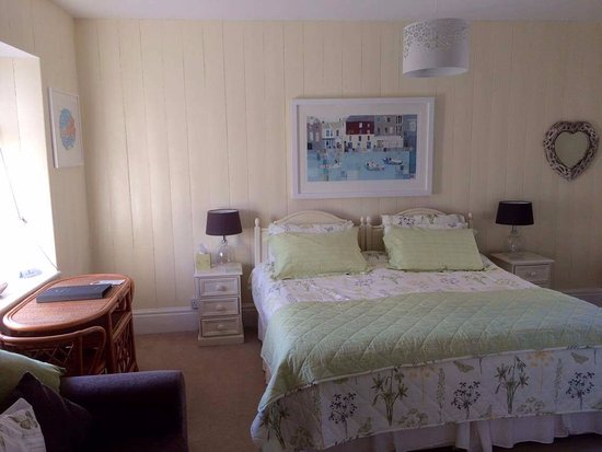 Boscastle, UK: Room 4, Nine Maidens, twin or super king. Ensuite bathroom, free standing bath, shower, twin sin