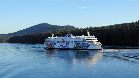 Tsawwassen, Καναδάς: Passing a Ferry in Active Pass