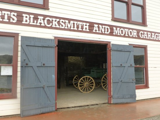 Cromwell, Nueva Zelanda: Blacksmith and motor garage