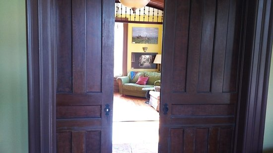 """Kingsville, Canadá: Entryway looking into """"sitting"""" room/parlor"""