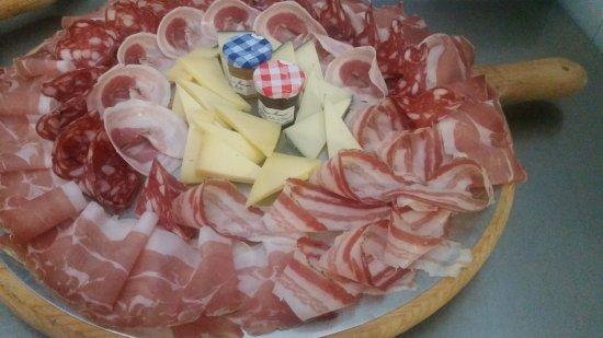 Altopascio, Itália: un tagliere di salumi e formaggi