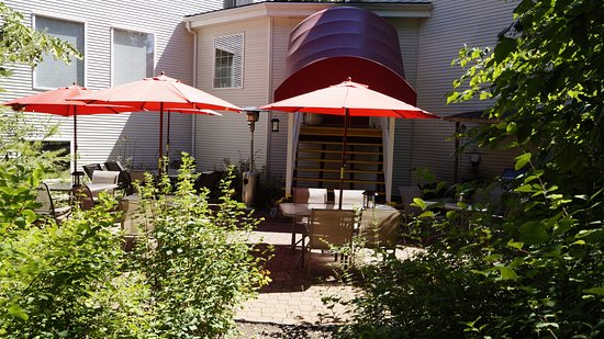 Salmon Arm, Canadá: Guest patio with BBQ