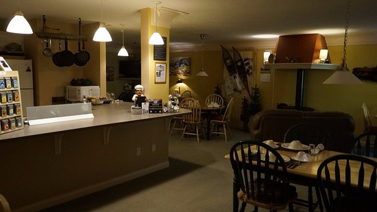 Salmon Arm, Canadá: Breakfast area with guest kitchen