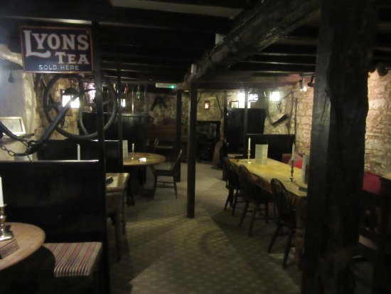 Tisbury, UK: Compasses Inn, very quirky
