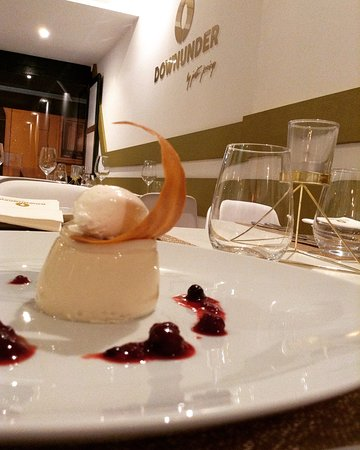 Lisbon District, โปรตุเกส: Vanilla bean and white chocolate panna cotta, berries, tuille.
