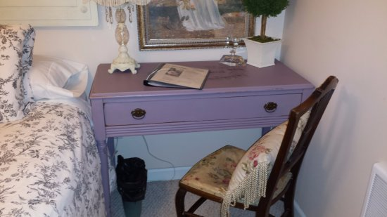 Husum, WA: Room 4 / French Escape - desk area