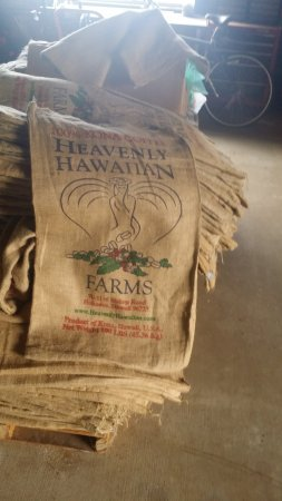 Holualoa, Havai: The Bags and logo Heavenly Hawaiian Farms use for storage and export
