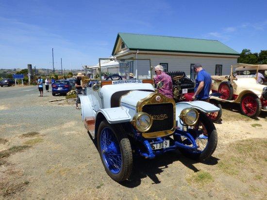 """Dargaville, New Zealand: Im Hintergrund die Mast der """"Rainbow Warrior"""""""