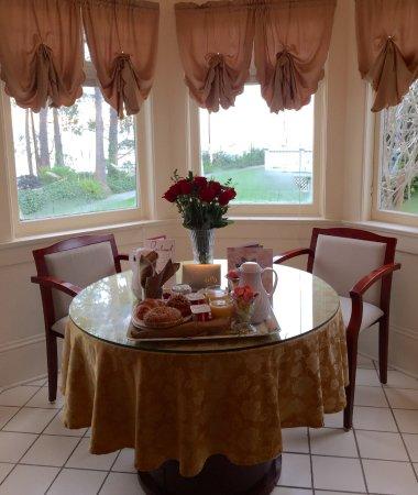 Monarch Cove Inn: Breakfast in the Victorian Room