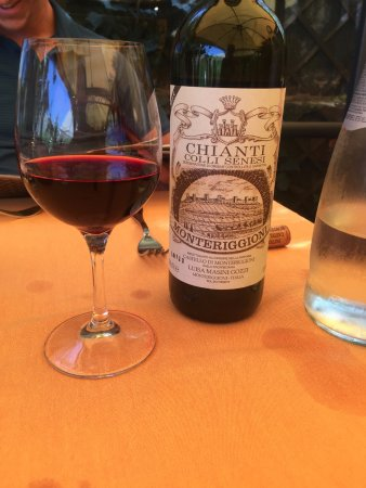 Tuscany Car Tours: Enjoying the local wine in Monteriggioni