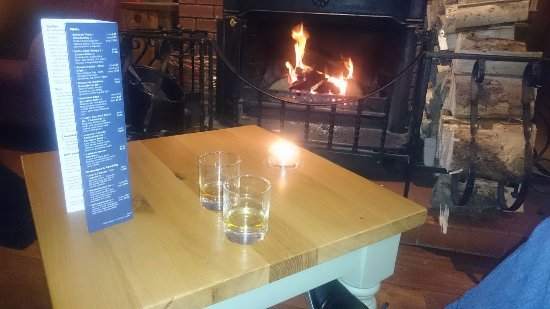 Lamlash, UK: Enjoying a drink in front of the fire