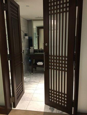 Shangri-La Hotel Toronto: marble heated floors, beautiful