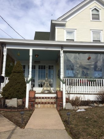 Greenport, NY: Lovely porch where you can have breakfast