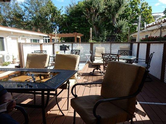 Barefoot Mailman Motel: Comfortable deck area