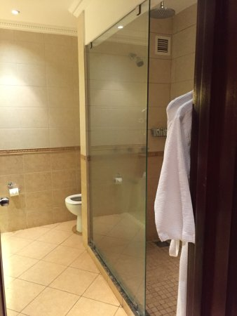 Lake Victoria Serena Golf Resort & Spa: Large shower (although water flooded the bathroom)