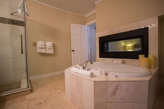Room 7 - 2 person soaking tub with gas fireplace - Picture of ...