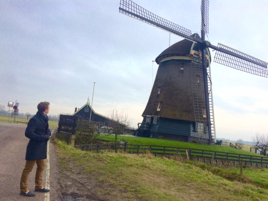 Uitgeest, Países Bajos: On the way to the lake, there's a big windmill.