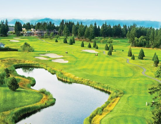 Courtenay, كندا: Overview of the 18th fairway with the Crown Isle Clubhouse behind