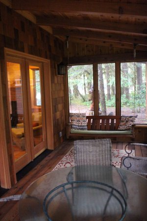 Holiday Farm Resort: Belknap Cabin, screened-in porch