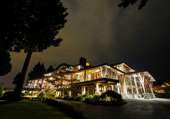 Courtenay, Kanada: Crown Isle Clubhouse Resort Centre at night