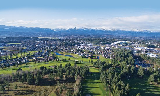 Courtenay, Kanada: View over the Crown Isle golf course, with the Comox Valley and Beaufort Mountains beyond