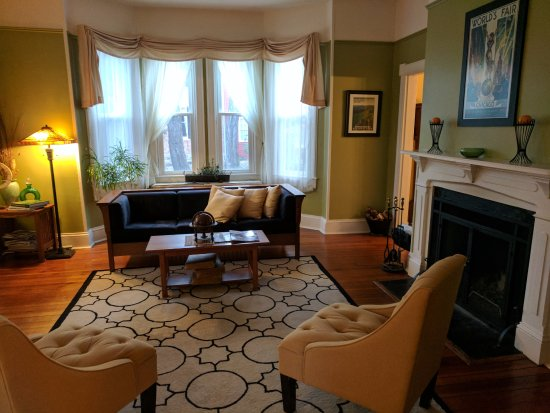 Berryville, VA: Front parlor/common room at Waypoint House B&B