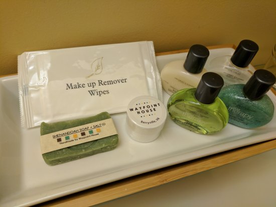 Berryville, เวอร์จิเนีย: Bathroom amenities at Waypoint House B&B