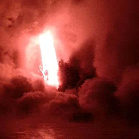 Pahoa, Χαβάη: Seeing the Lava Firehose from Kilauea Volcano on the Lava Boat Tour
