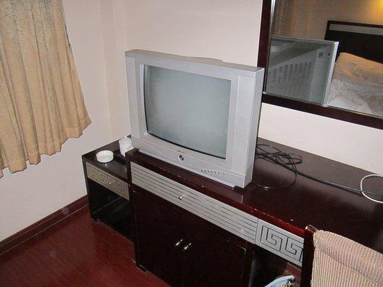 Shanghai City Central Youth hostel: TV antiga mas funcionava