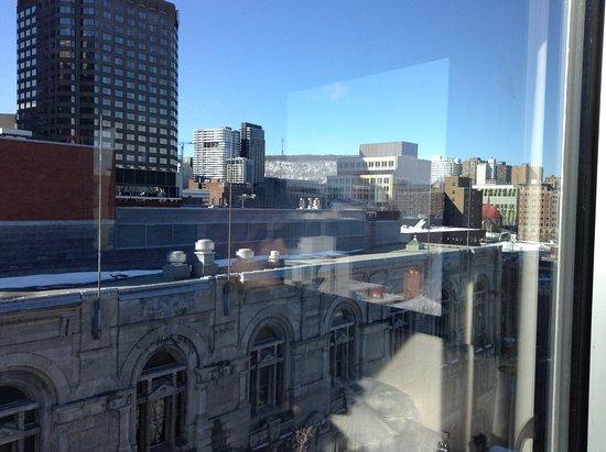 Hotel Zero 1: Vue sur la rue St-Laurent (monument national en avant-plan), dixième étage, chambre 1019
