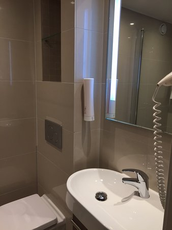 Saga Hotel Oslo: bathroom with niche with shelves for toiletries