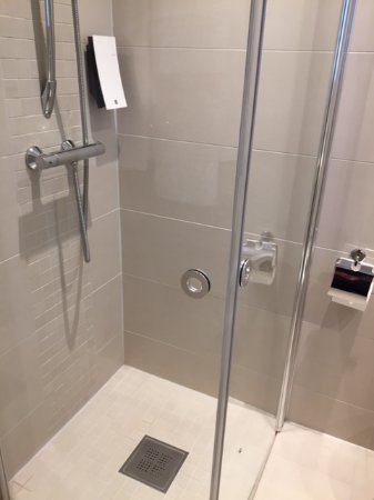 Saga Hotel Oslo: Shower doors fold away when not in use