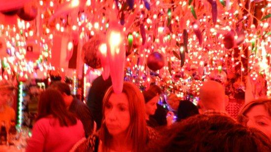 Milon Restaurant: Lamparas y banderines penden del techo, casi sobre las cabezas mismas de los comensales sentados