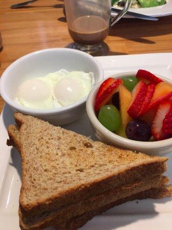 Sebastopol, Californien: Poached eggs with toast