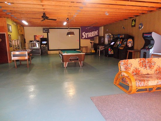 A1 Gypsy Villa Resort: Huge Game Room with Pool & Foosball tables and vintgage video games