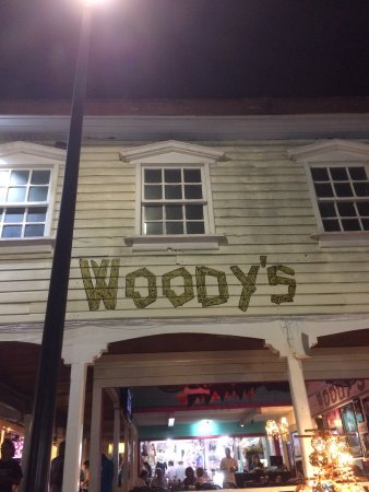 Woodys Bar and Grill: Street dining