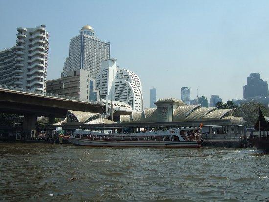 Centre Point Silom: シャトルボートから見えるホテル
