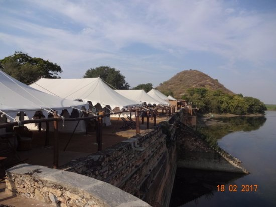 Chhatra Sagar: Accommodation and dining right on the lake's edge