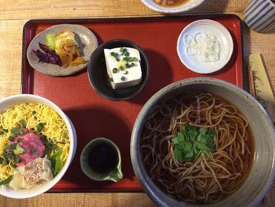 Tsuchiura, Japón: Tempura e piatto a base di tonno.