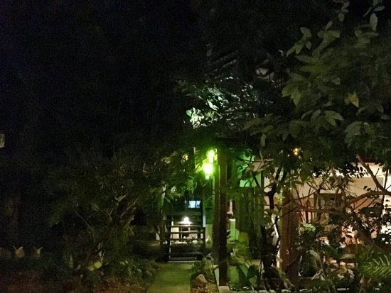 Santitham Guest House: Courtyard at night