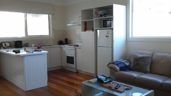 Stanley, Australia: Well equiped kitchen and comfortable lounge