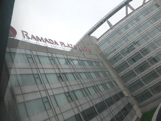 Ramada Pudong Airport Shanghai: Front of hotel