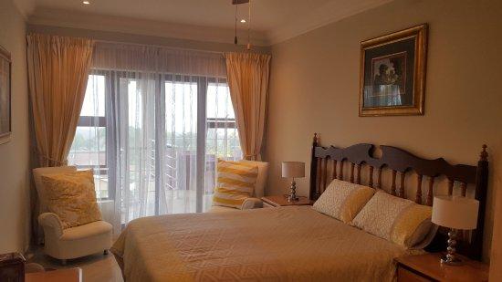 Scottburgh, แอฟริกาใต้: The upstairs Yellow room with beautiful seaview and balcony.