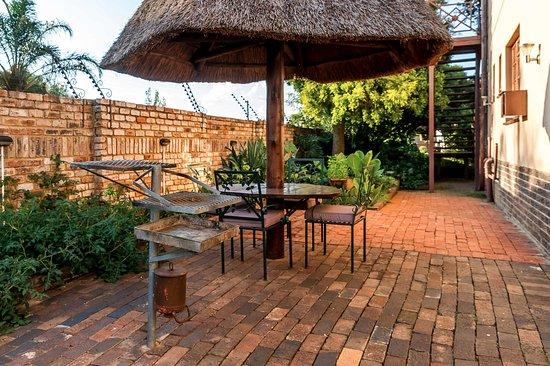 Centurion, Sydafrika: Braai facilities (bring own charcoal), but a gas braai available next to Koi pond too
