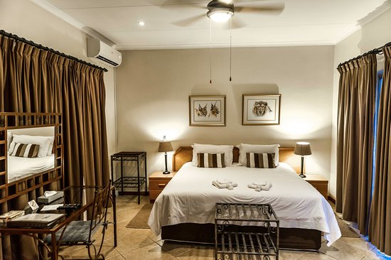 Centurion, South Africa: Huge King size bed! Very spacious room. Bathroom with bath and shower
