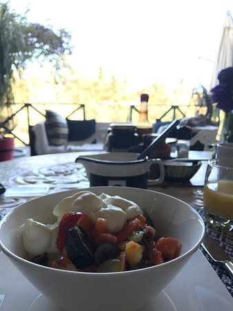 Napier, Sør-Afrika: Exceedingly tasty breakfast on the covered terrace and view from our room's balcony