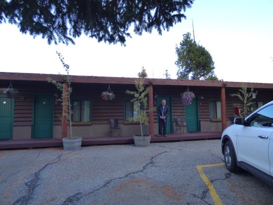 Moose Creek Cabins and Inn: Outside cabins