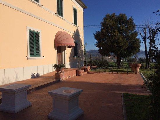 Villa La Nina: Ingresso casale